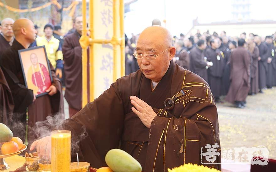 仁炟法师拈香(图片来源:菩萨在线 摄影:妙言)