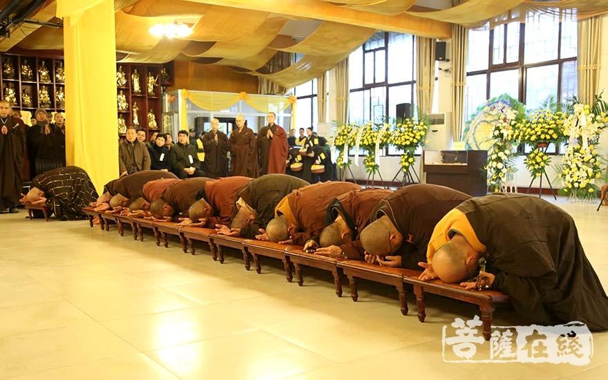 礼拜长老(图片来源:菩萨在线 摄影:妙言)
