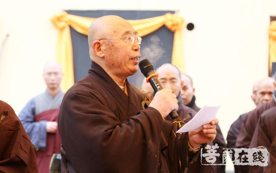 仁炟法师主持荼毗法会(图片来源:菩萨在线 摄影:妙言)