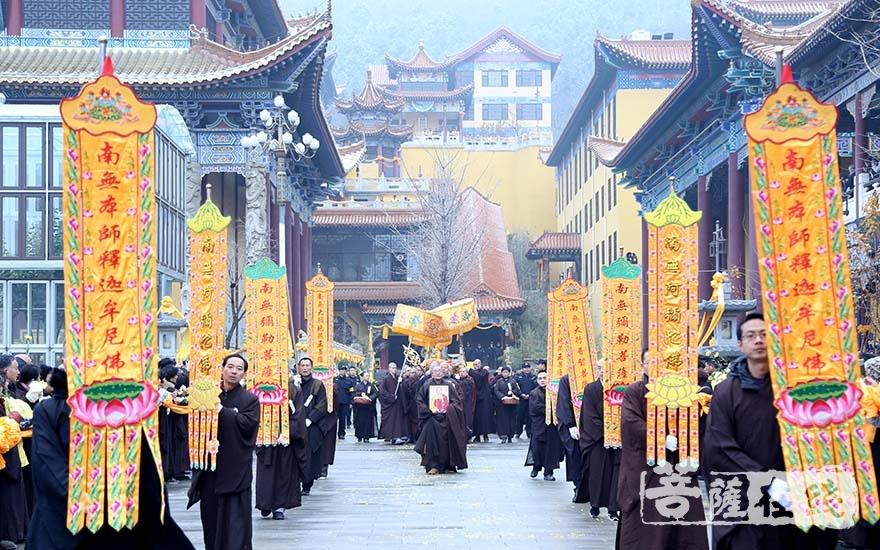 护送队伍前往荼毗场(图片来源:菩萨在线 摄影:妙言)