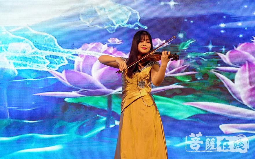 小提琴演奏《梁祝》(图片来源:菩萨在线 摄影:妙言)