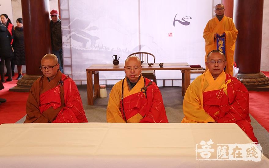 妙幢法师、宗行法师、圣哲法师主持仪式(图片来源:菩萨在线 摄影:妙澄)