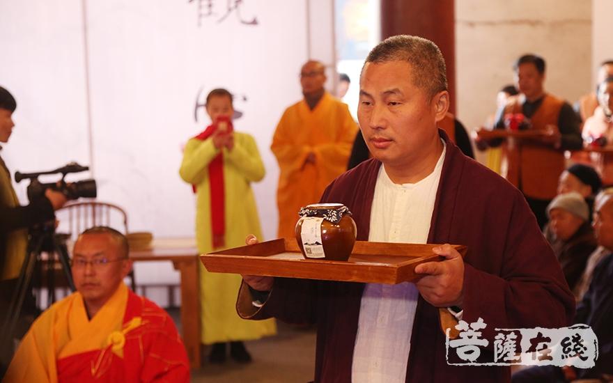 茶供(图片来源:菩萨在线 摄影:慧恒)