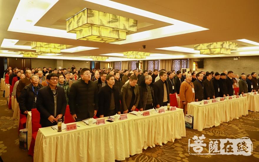 会议在国歌声中启幕(图片来源:菩萨在线 摄影:妙澄)