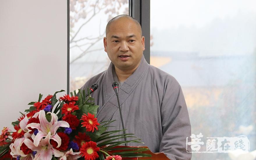 果尚法师主持开幕式(图片来源:菩萨在线 摄影:妙月)