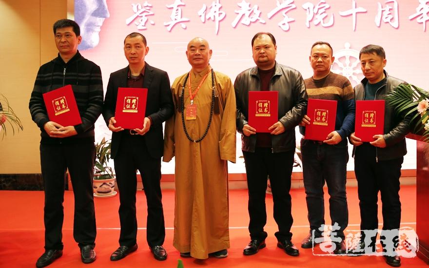 扬州吴越文化艺术研究院向鉴真佛教学院捐赠《四库全书·佛典》一套(图片来源:菩萨在线 摄影:妙雨)