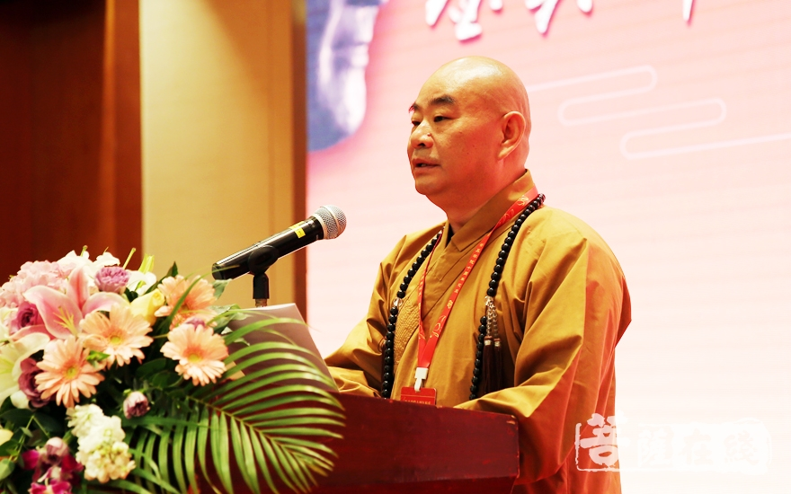 能修法师在报告中回顾了鉴真佛教学院十年筹办历程(图片来源:菩萨在线 摄影:妙雨)