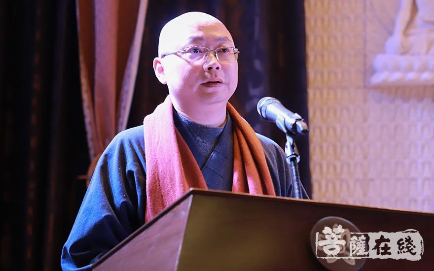 杭州市佛教协会副会长、永福寺方丈念顺法师主持开幕式(图片来源:菩萨在线 摄影:慧恒)