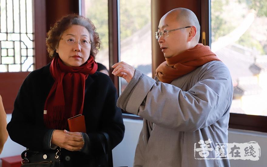 念顺法师与嘉宾交流佛法与艺术的融合实践(图片来源:菩萨在线 摄影:慧恒)