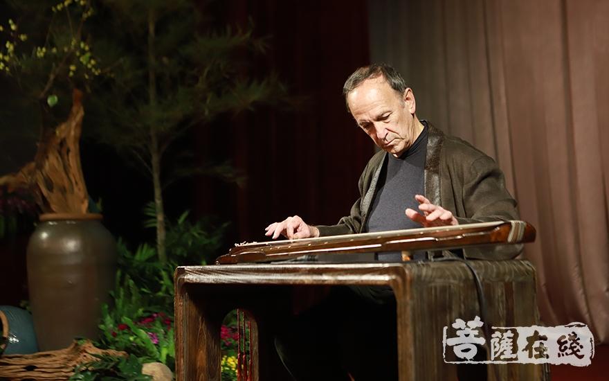 美国古琴家唐世璋演奏《草堂吟》(图片来源:菩萨在线 摄影:慧恒)