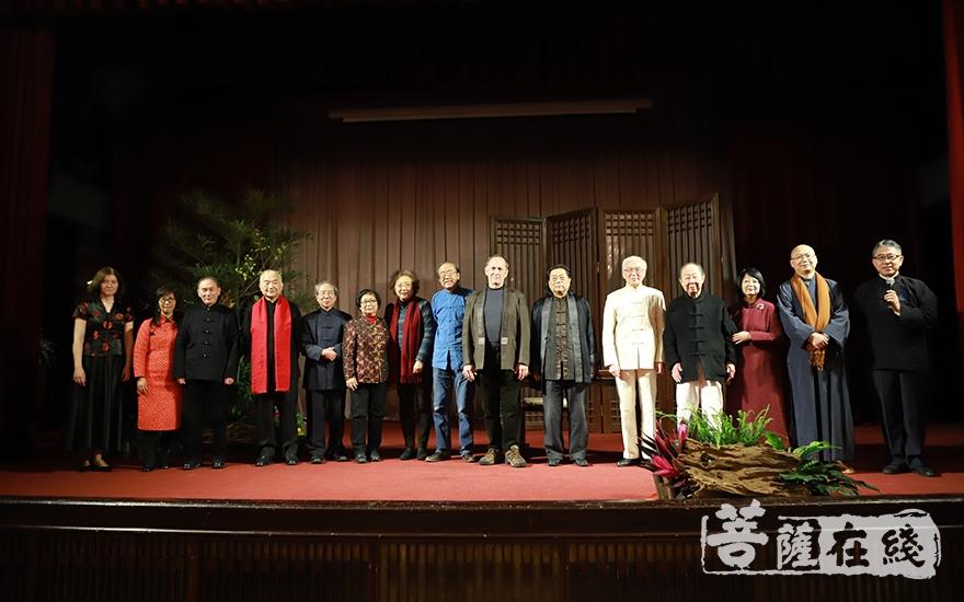 演出人员合影(图片来源:菩萨在线 摄影:慧恒)