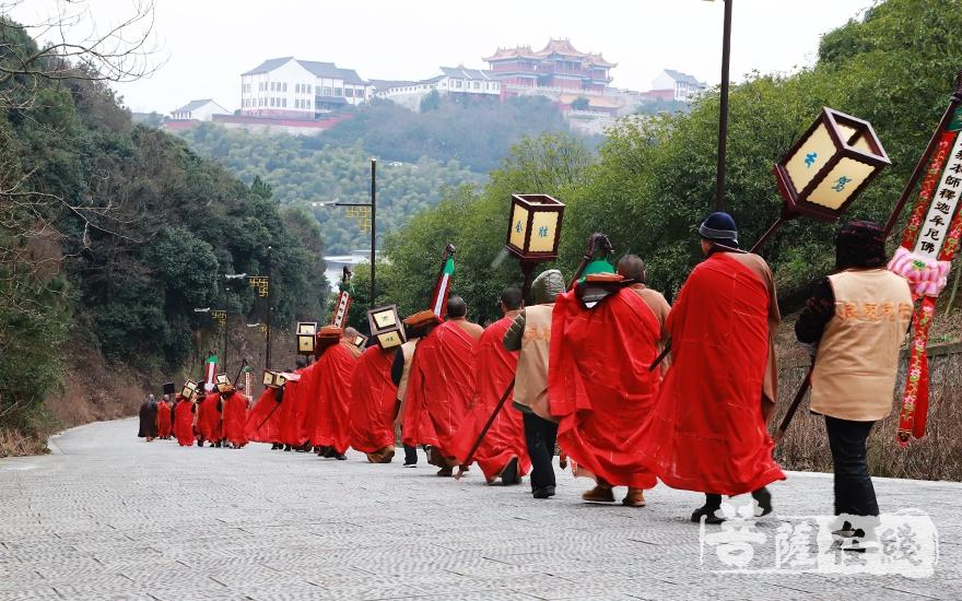 送圣队伍提炉持幡、持诵佛号(图片来源:菩萨在线 摄影:妙言)
