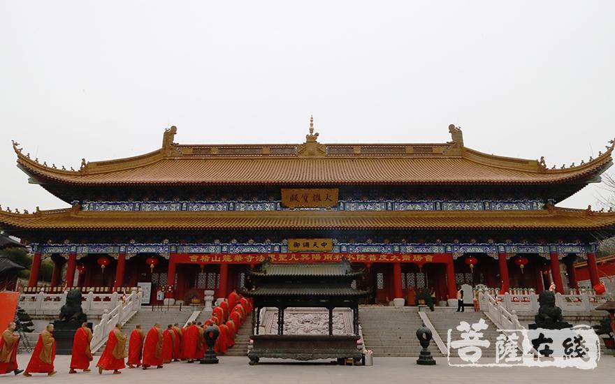 会稽山龙华寺举行水陆法会送圣仪式(图片来源:菩萨在线 摄影:妙言)