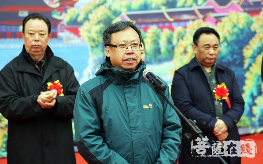 王平主席认为文化艺术长廊的建设是别具匠心(图片来源:菩萨在线 摄影:妙雨)