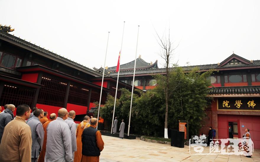 升国旗仪式(图片来源:菩萨在线 摄影:妙雨)