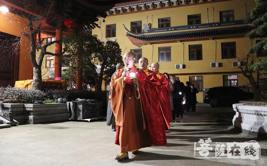 传灯法会(图片来源:菩萨在线 摄影:妙月)