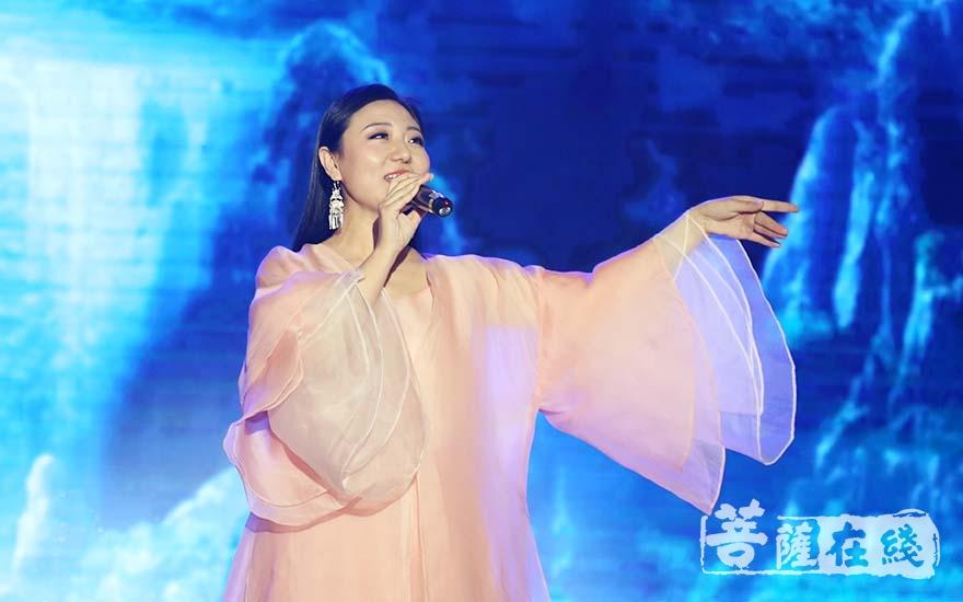 刘珂矣献唱(图片来源:菩萨在线 摄影:妙清)