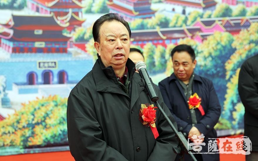 肖光成代表老领导致辞,简略回顾了近二十年来峨眉山佛教的发展历程(图片来源:菩萨在线 摄影:妙雨)