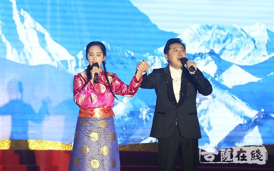 海玉佛禅寺与上海觉群文教基金会帮助的西藏盲童德庆玉珍和罗雨共同献唱(图片来源:菩萨在线 摄影:妙清)