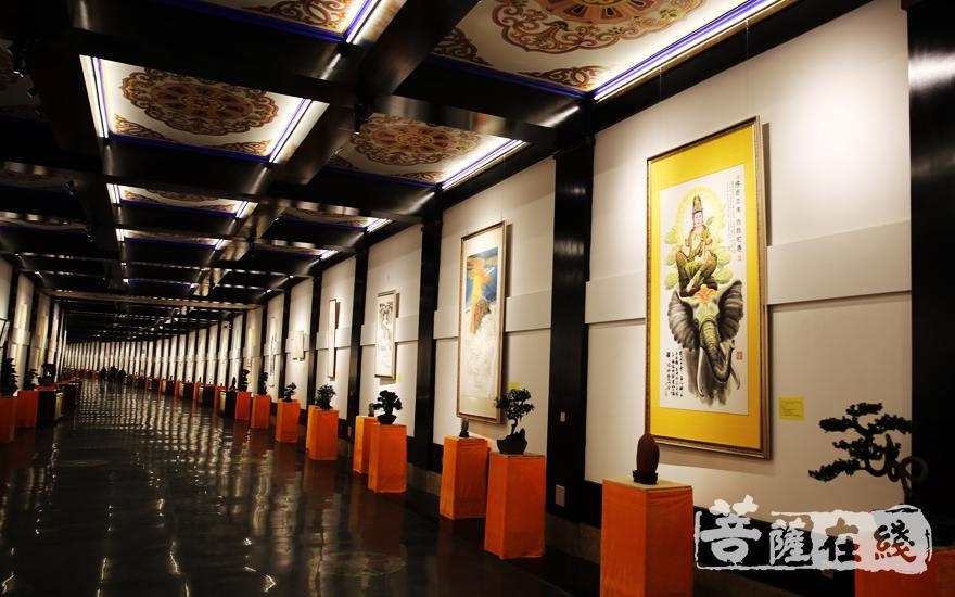 该长廓内收藏雕塑、国画、油画、书法精品(图片来源:菩萨在线 摄影:妙雨)