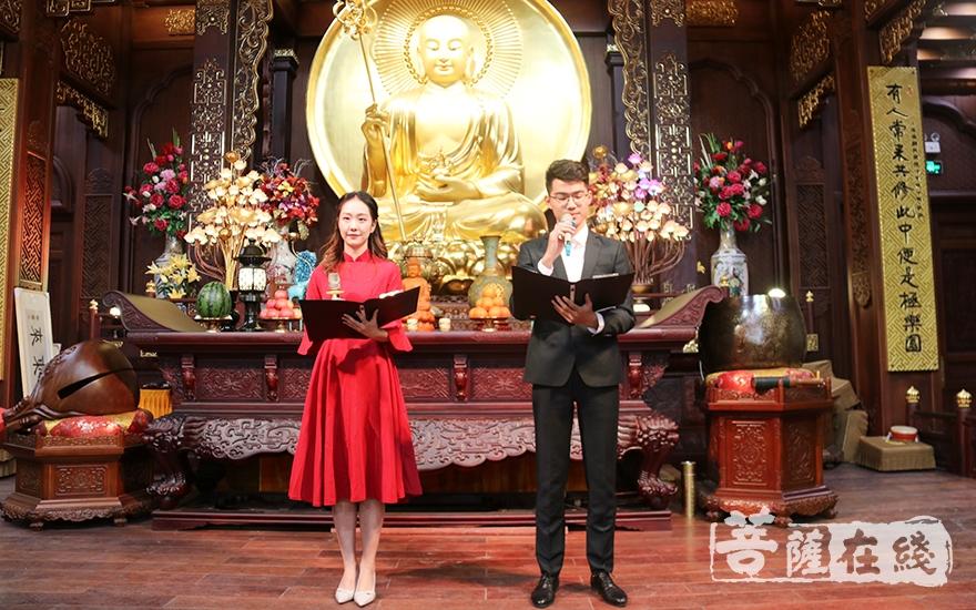 高嗣航、刘美仪二位学生表演诗朗诵《爱在善行中》(图片来源:菩萨在线 摄影:妙月)