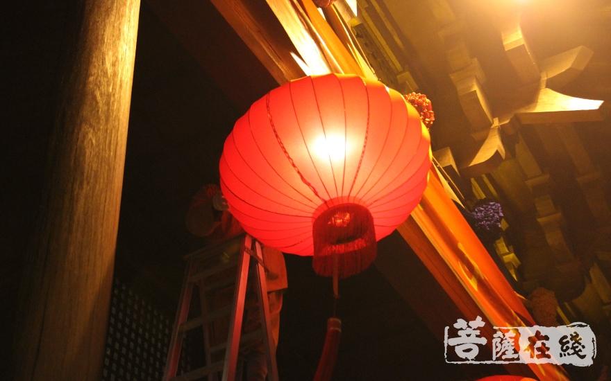 点亮慧灯,祈福新年(图片来源:菩萨在线 摄影:慧德)