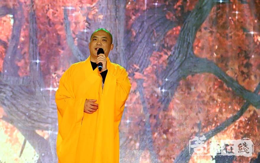 玉佛禅寺圣净法师献唱(图片来源:菩萨在线 摄影:妙清)