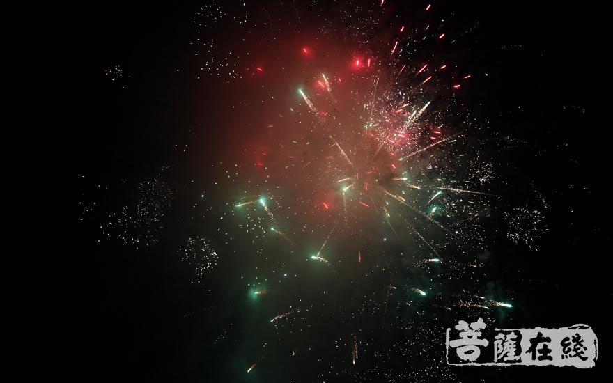 伴随洪钟回鸣的是绚烂的烟花点缀了弥勒道场的夜空(图片来源:菩萨在线 摄影:慧德)