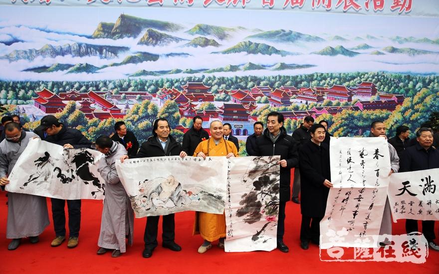 书画捐赠仪式(图片来源:菩萨在线 摄影:妙雨)