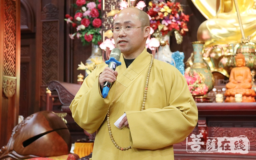 悟端法师为大众送上新春祝福(图片来源:菩萨在线 摄影:妙月)