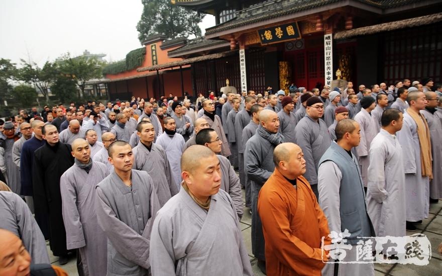峨眉山佛学院全体师生参加该仪式(图片来源:菩萨在线 摄影:妙雨)