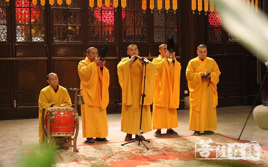 祈福活动上梵呗悠扬(图片来源:菩萨在线 摄影:慧德)