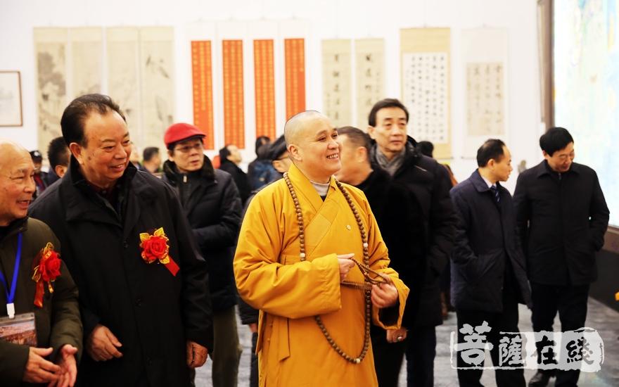 长廊观展(图片来源:菩萨在线 摄影:妙雨)