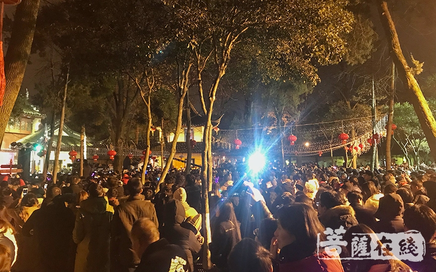古刹听钟声是苏州寒山寺的一大盛典(图片来源:菩萨在线 摄影:妙澄)