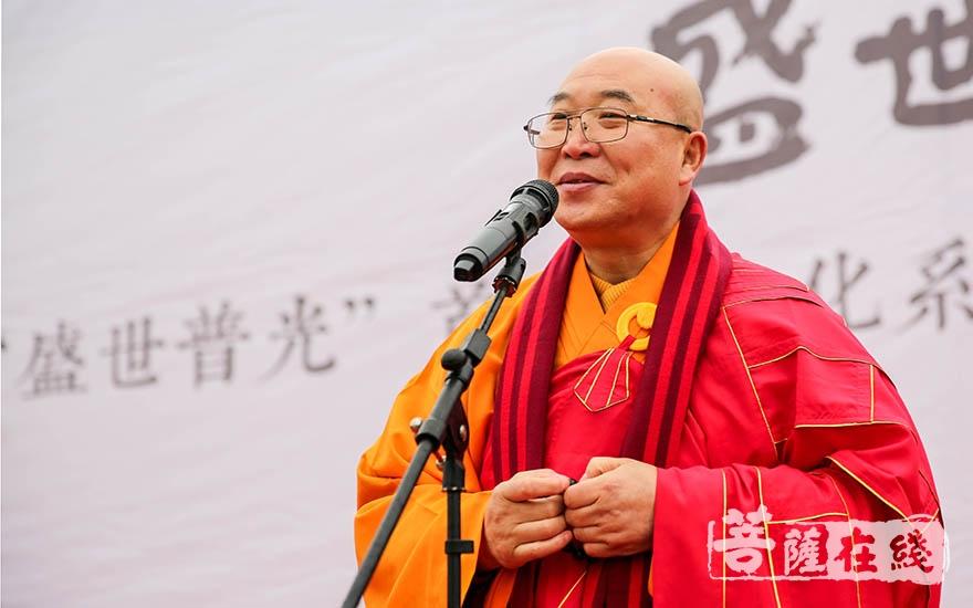曙光法师代表江宁区佛教协会致贺词(图片来源:菩萨在线 摄影:果仁)