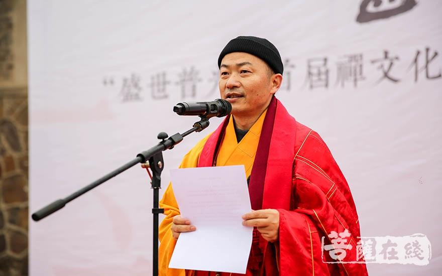 传静法师代表南京市佛教协会致贺词(图片来源:菩萨在线 摄影:果仁)