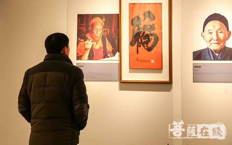 参观普光寺美术馆(图片来源:菩萨在线 摄影:果仁)