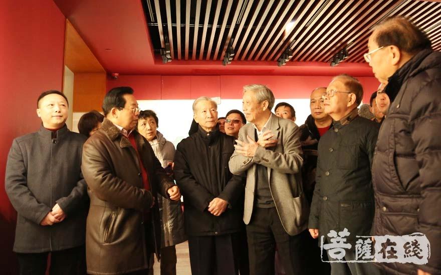 陈家泠先生带领嘉宾参观艺术馆(图片来源:菩萨在线 摄影:妙清)