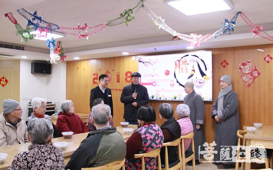 沉香阁和黄浦区老年基金会共同为老人们送去温暖(图片来源:菩萨在线 摄像:妙微)