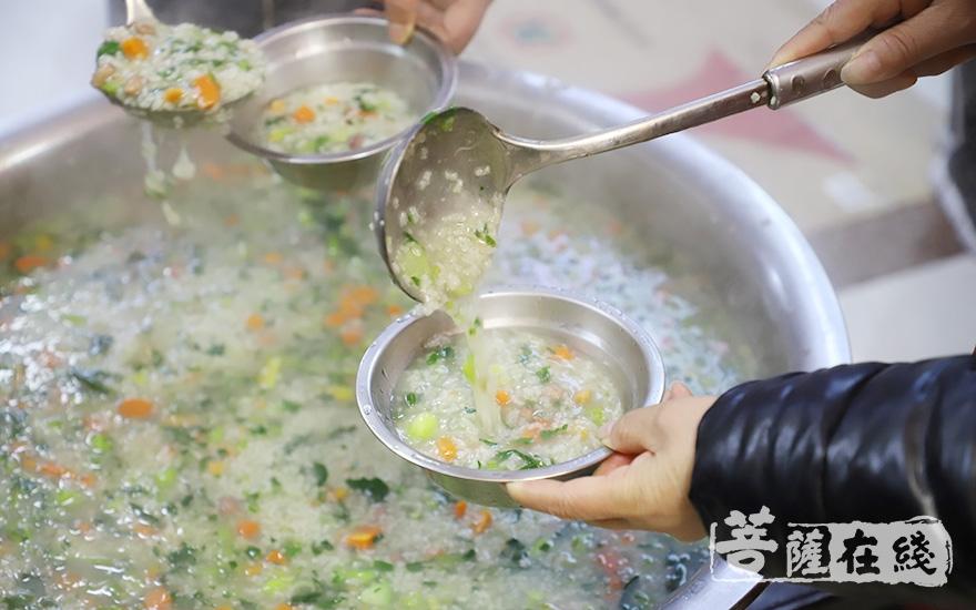 一碗粥,温暖一座城(图片来源:菩萨在线 摄影:慧咏)