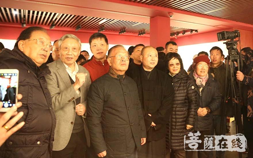 陈家泠先生为来宾讲解作品创作思想(图片来源:菩萨在线 摄影:妙清)