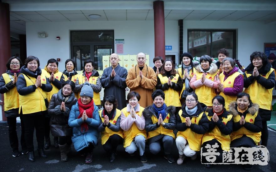 上海洪福寺举行施粥慈善公益活动(图片来源:菩萨在线 摄影:妙雨)