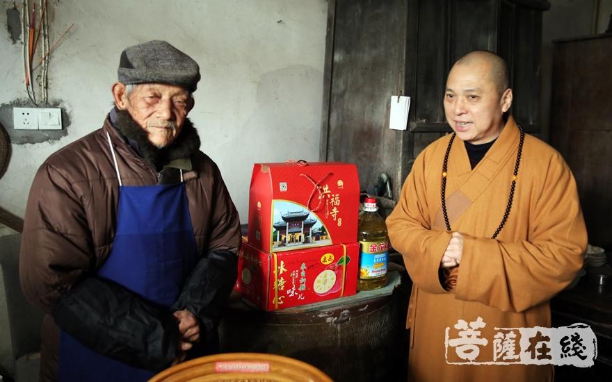 为90岁的老人送上慰问品(图片来源:菩萨在线 摄影:妙雨)