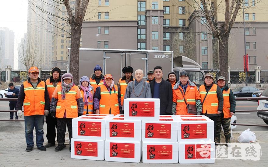 法师为和平区的环卫工人送上腊八粥(图片来源:菩萨在线 摄影:妙月)