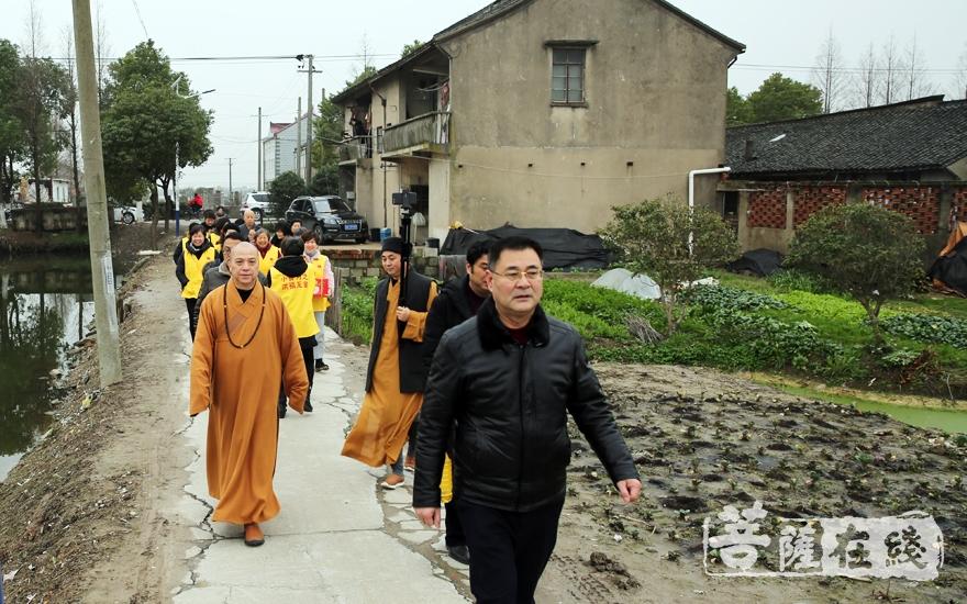 走进社区(图片来源:菩萨在线 摄影:妙雨)