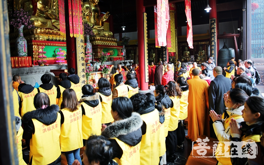 唱诵香赞(图片来源:菩萨在线 摄影:妙雨)