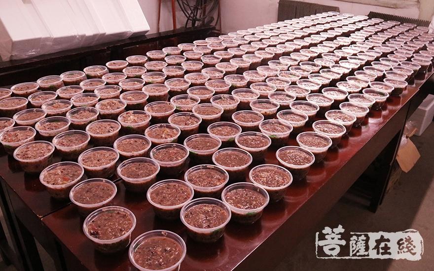 3万碗腊八粥(图片来源:菩萨在线 摄影:妙月)