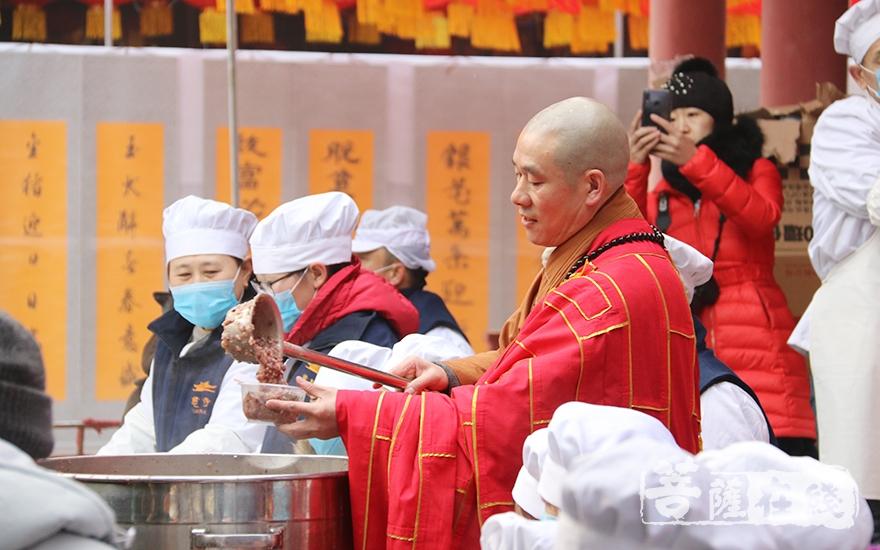 盖忠法师回到寺院继续施粥(图片来源:菩萨在线 摄影:妙月)