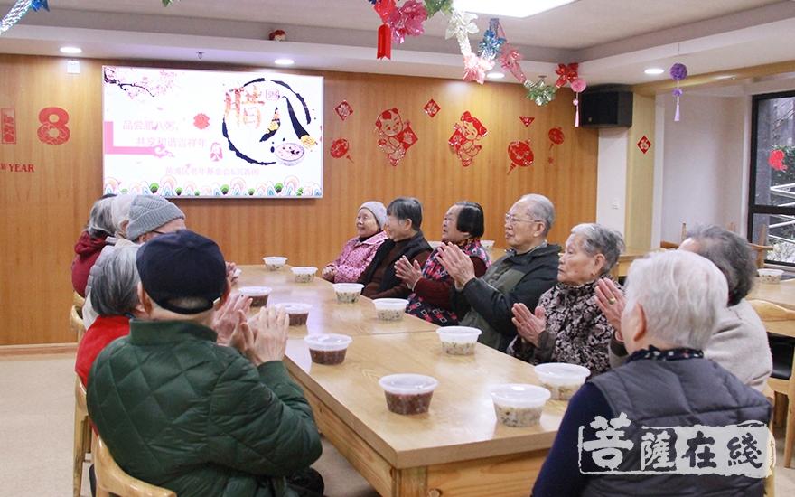 黄浦区老年公寓的老人们很欢喜(图片来源:菩萨在线 摄像:妙微)
