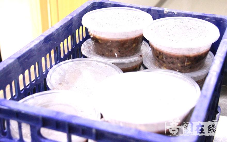 装备送给老人的腊八粥(图片来源:菩萨在线 摄像:妙微)